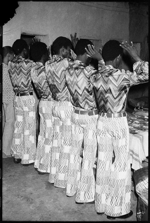 """""""Les très bons amis en même tenue"""", 1972 © Malick Sidibé Courtesy Galerie MAGNIN-A, Paris"""