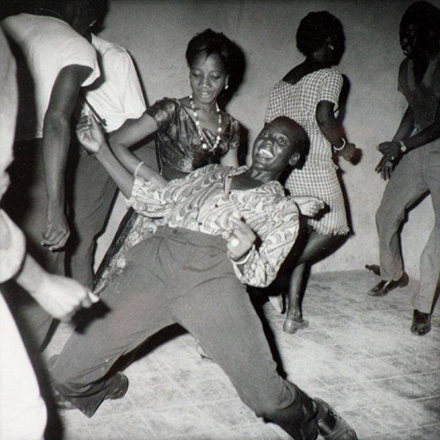 Regardez-moi (1962) by Malick Sidibé. Photograph: Malick Sidibé/Jack Shainman Gallery, New York