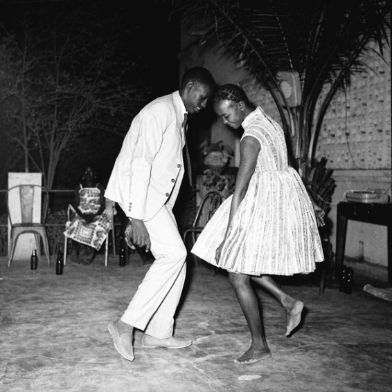 Nuit de Noël (Happy Club), 1963 (c) Malick Sidibé. Courtesy Galerie MAGNIN-A, Paris