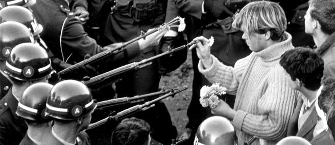 Anti-vietnam demonstrators at the pentagon building 1967. Photo Bernie Boston / The Washington Post via Getty Images