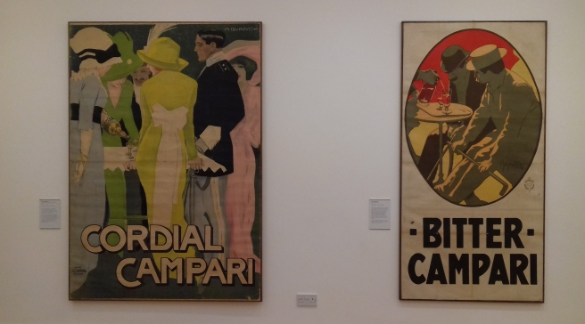 Marcello Dudovich, Cordial Campari 1913 e Adolf Hohenstein, Bitter Campari 1901. The Art of Campari, Estorick Collection of Modern Italia Art. London 2018 © Paola Cacciari
