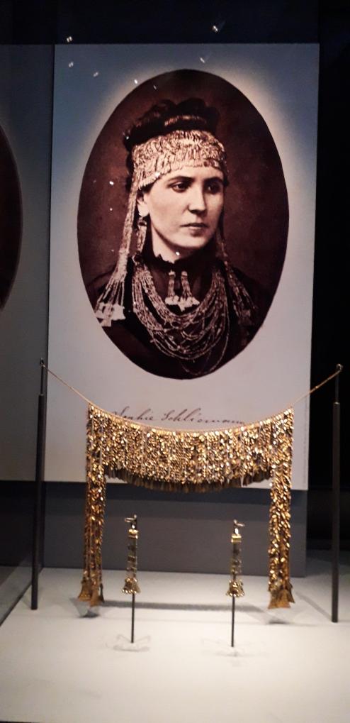 Sophia Schielmann wearing Helen's jewels. British Museum, Troy exhibition. London 2020 ©Paola Cacciari